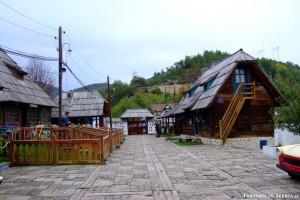 02 - Küstendorf–Drvengrad - Ingresso alla città di Kusturica