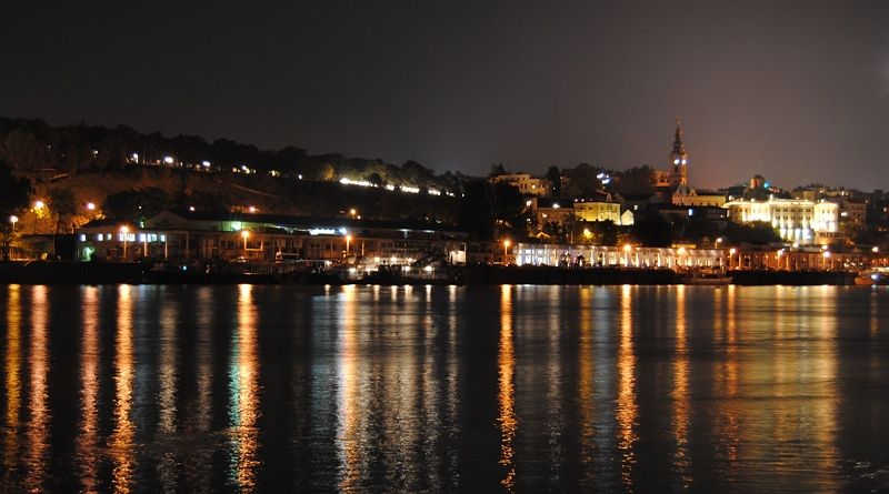Vista in notturna sul Kalemegdan da Novi Beograd